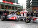 Jenson Button y Lewis Hamilton presentaron su nuevo McLaren MP4-26 en Berlín