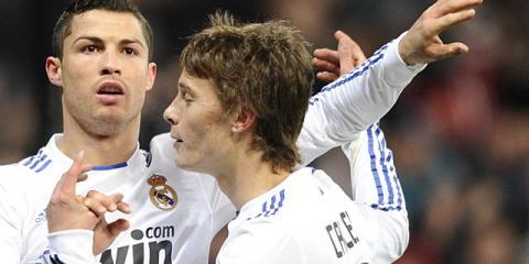 Cristiano Ronaldo celebra un gol con Sergio Canales