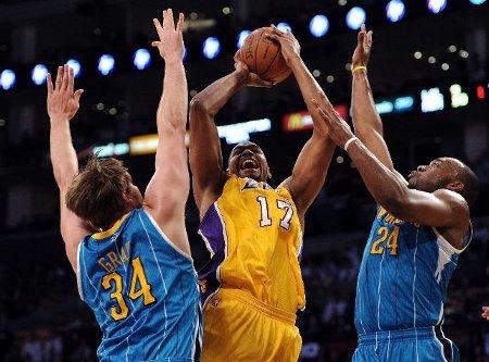 Andrew Bynum lideró a los Lakers en su victoria frente a Hornets