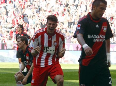 Mario Gomez celebra uno de sus 3 goles ante el Bayer Leverkusen
