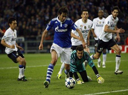 Raúl regatea a Julio Cesar y logra el primer gol del Schalke 04