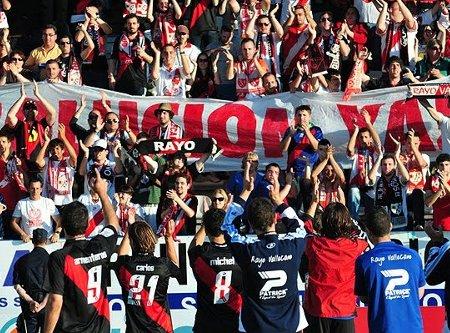 los jugadores del Rayo celebran con su afición el triunfo en Ponferrada