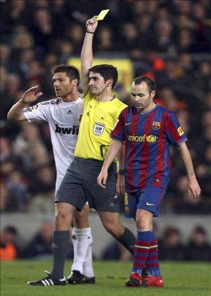 Undiano Mallenco muestra una tarjeta amarilla en un Barcelona - Real Madrid