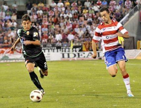 Dani Benitez intenta marcharse de Carpio en el Granada-Elche