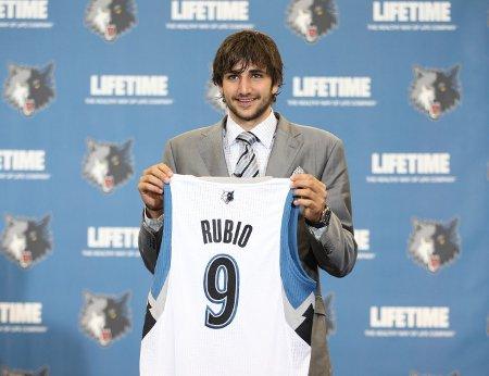 Ricky Rubio posa con la camiseta de los Wolves
