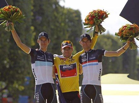 Cadel Evans junto a los hermanos Schleck en el podio del Tour de Francia 2011