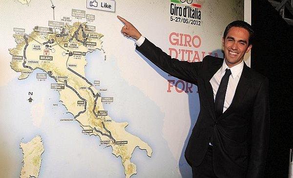 Alberto Contador junto al recorrido del Giro de Italia 2012