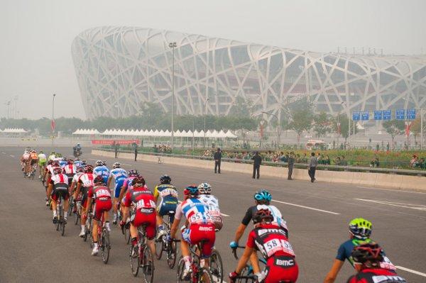 El pelotón ciclista pasa junto al Nido en Pekín