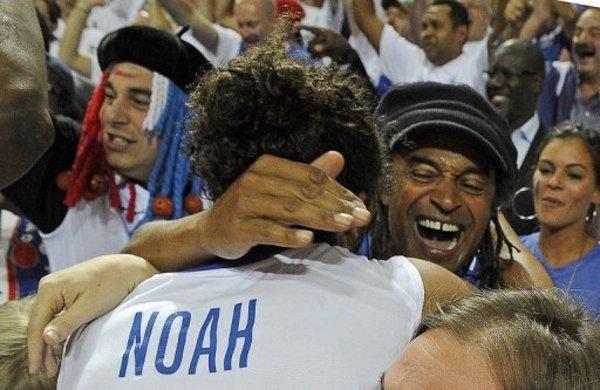 Yannick Noah abraza a su hijo Joakim durante el Eurobasket