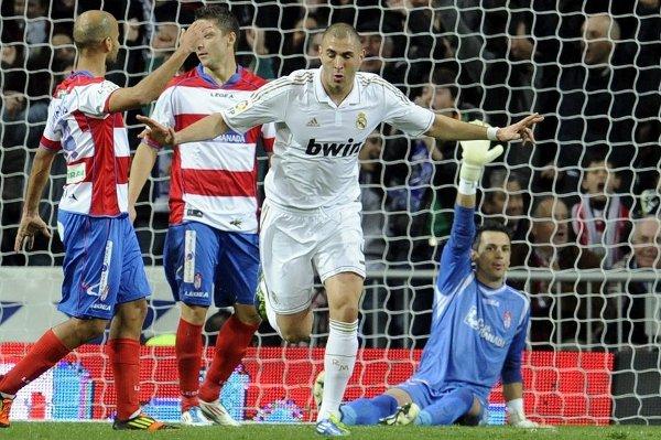 Karim Benzema marcó dos goles al Granada