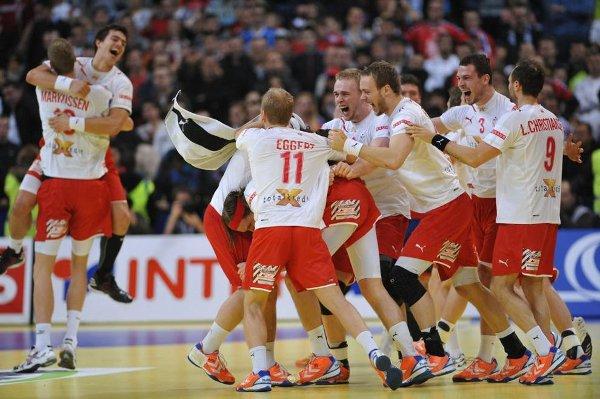 Los jugadores de Dinamarca celebran la victoria en el Europeo de Balonmano