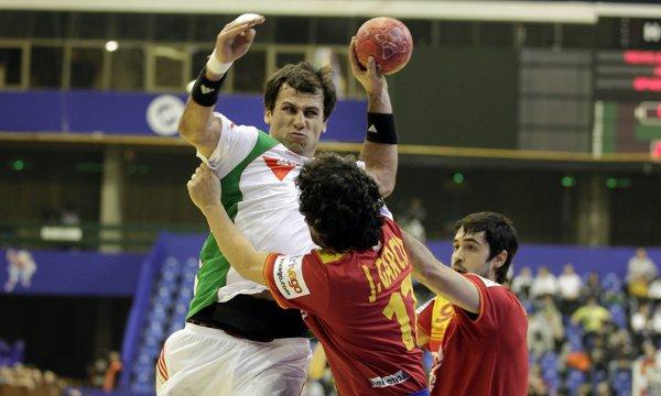 Juanín García frena a un jugador húngaro