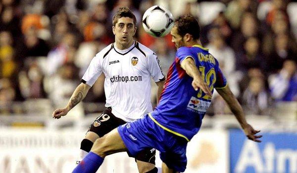 Pablo Hernández disputa un balón con Juanfran