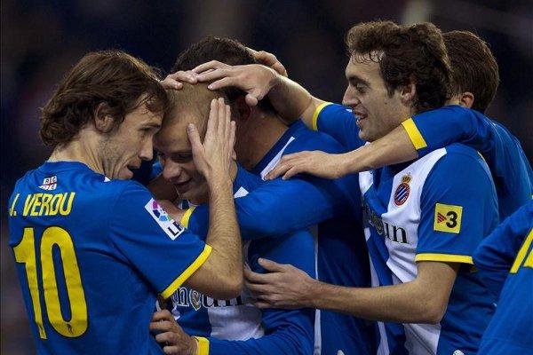Los jugadores del Espanyol abrazan a su compañero Weiss