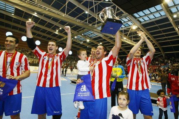 Los jugadores del Atlético celebran el título de campeón de Copa del Rey