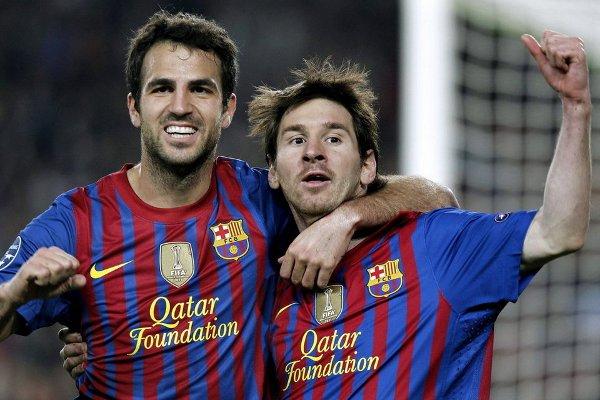 Messi celebra con Cesc sus dos goles al Milan