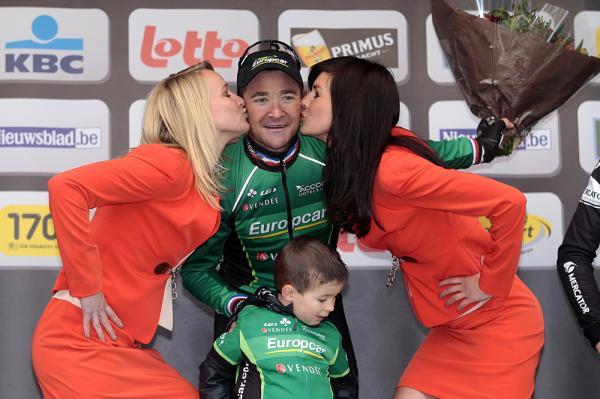 Voeckler en el podio con su hijo