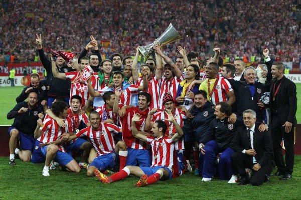 Los jugadores del Atlético de Madrid con la copa de la Europa League