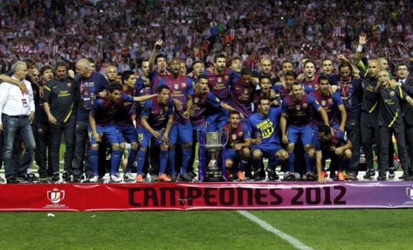 La plantilla del Barcelona con el título de Copa