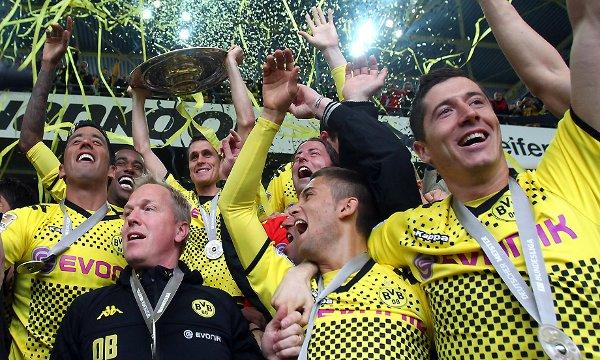 Los jugadores del Borussia Dortmund con el trofeo de la Bundesliga