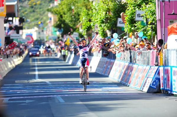 Lars Bak cruza la línea de meta de la etapa 12 del Giro