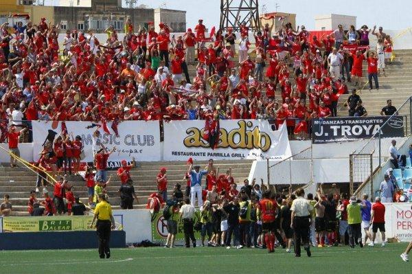 Los jugadores y la afición del Mirandés celebran el ascenso