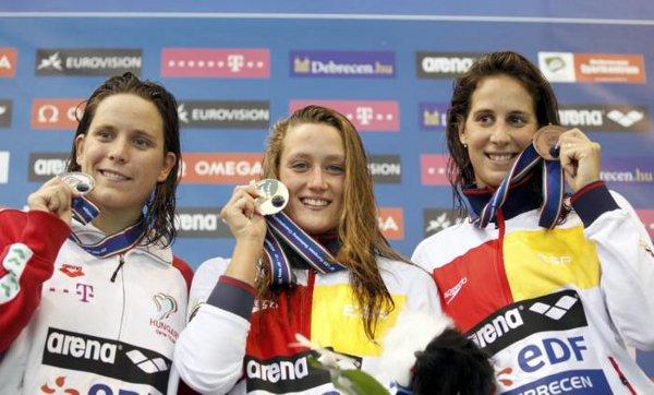 Mireia Belmonte, en el podio con la medalla de oro
