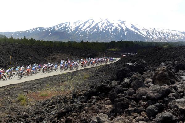 Pelotón del Giro de Italia con el Etna al fondo