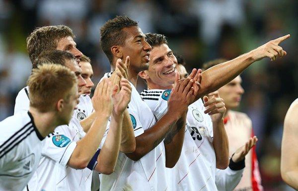 Alemania celebra con el público su pase a las semifinales de la Euro 2012