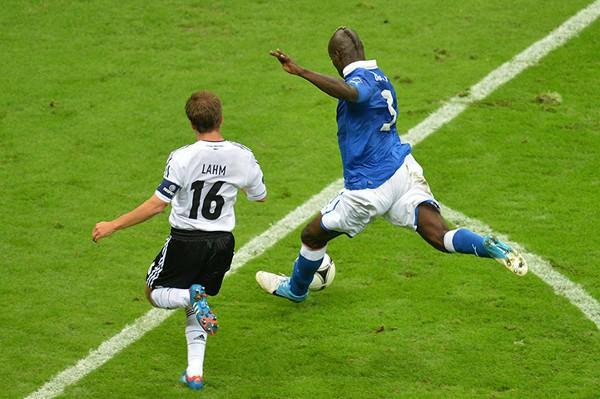 Balotelli fusila a Neuer y consigue su segundo gol