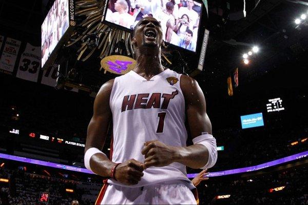 Bosh puso en pie al público de Miami con sus acciones