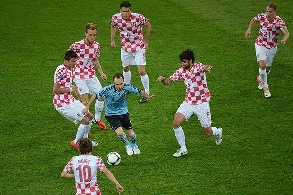 Iniesta rodeado de hasta seis jugadores croatas