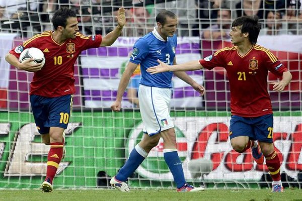 Cesc y Silva celebran el gol del empate ante Italia