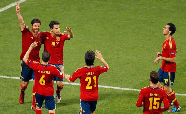 Los jugadores de España celebran el doblete de Xabi Alonso