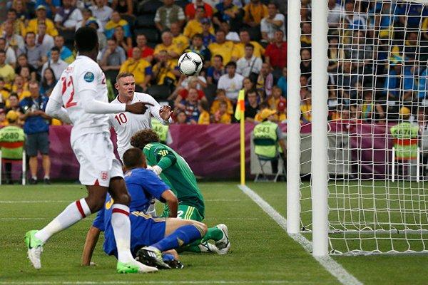 Rooney marca de cabeza el gol de la victoria de Inglaterra
