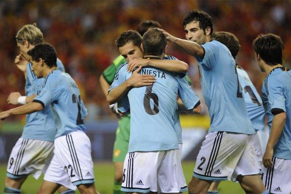 Iniesta es abrazado por sus compañeros de selección