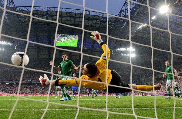 El portero irlandés Given no puede evitar el primer gol de Croacia