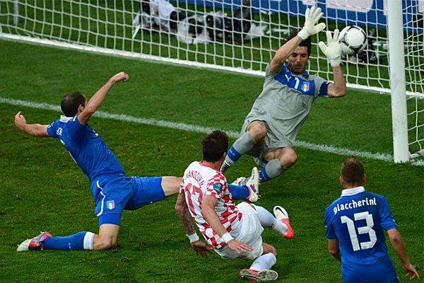 Mandzukic bate a Buffon y así Croacia empató con Italia