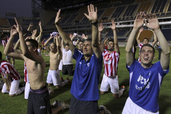 Los jugadores del Lugo, junto a su entrenador, celebran su ascenso en Carranza