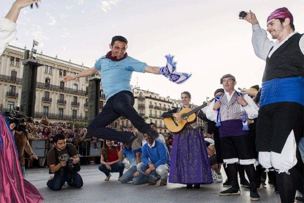 Manolo Jiménez bailando una jota en la fiesta del Zaragoza
