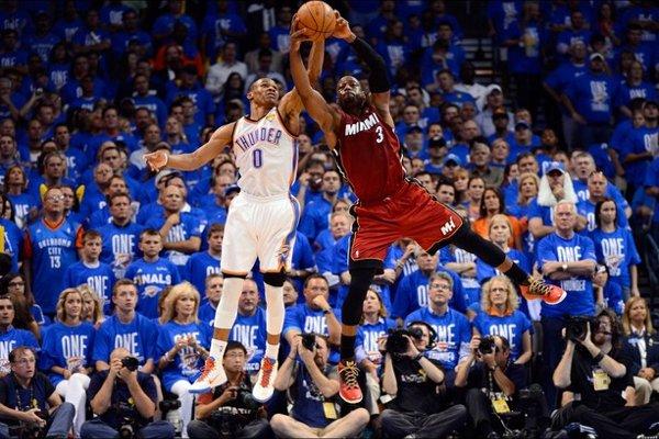 Westbrook y Wade pelean por un balón en las finales de la NBA