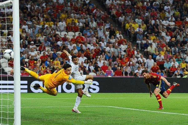 Xabi Alonso marca de cabeza el primer gol ante Francia