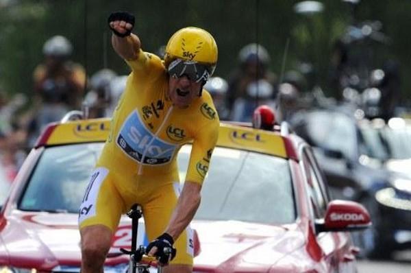 Wiggins puño en alto celebrando la victoria en el Tour de Francia