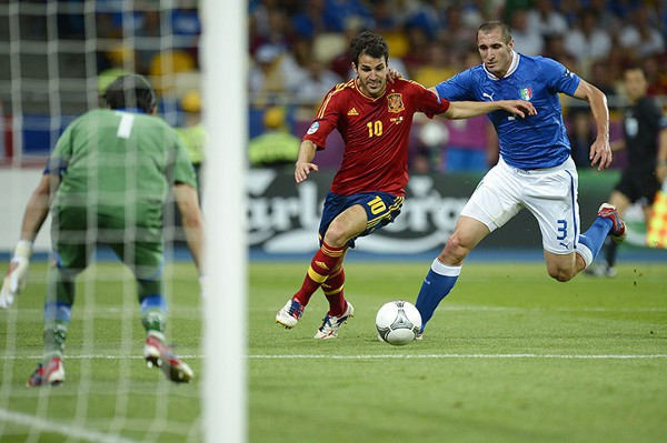 Cesc super a Chiellini y sirve a Silva el primer gol de la final