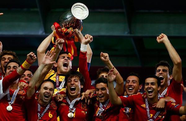 Iker Casillas levanta la copa de la Eurocopa 2012