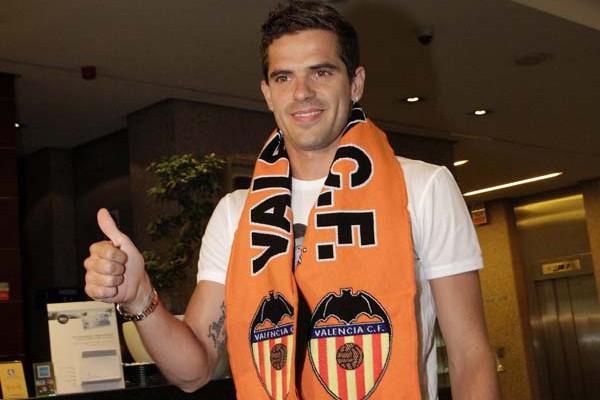 Gago posa con la bufanda del Valencia CF a su llegada a la ciudad