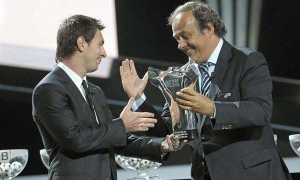 Leo Messi recibe de Platini el premio al mejor jugador de la UEFA