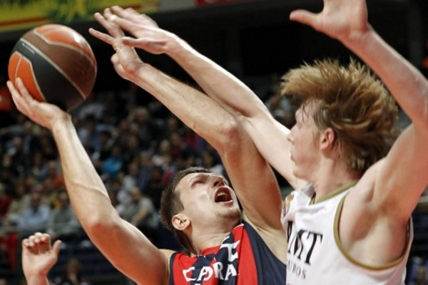 Teletovic y Singler durante un Caja Laboral - Real Madrid