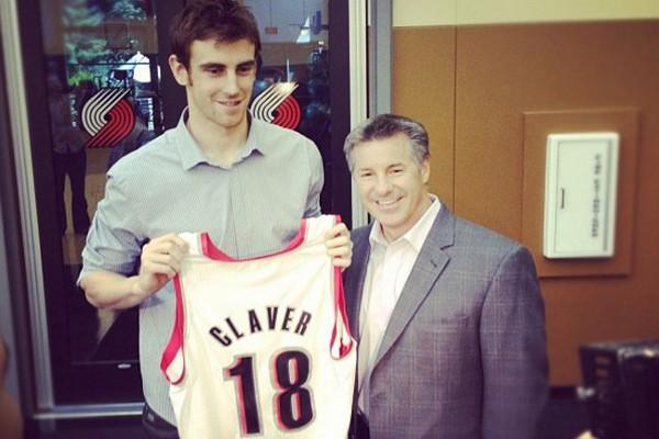 Claver posaba con su nueva camiseta, la de los Blazers