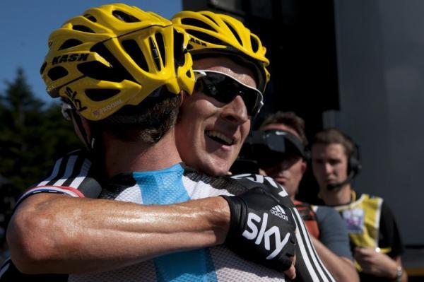 Bradley Wiggins abraza a su compañero Chris Froome